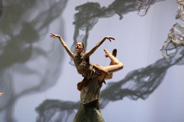 Amazing Asia Introdans in a reflective landscape Regina van Brekel