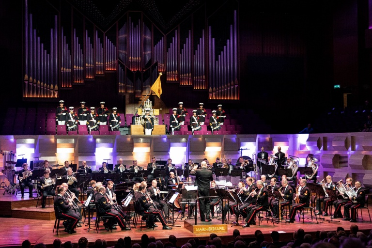 Na de bevrijding van Nederland in 1945 besloot de toenmalige Minister van Marine een nieuw orkest op te richten: de Marinierskapel der Koninklijke Marine. In het jubileumjaar speelt de Marinierskapel het programma 75 jaar, zo wijd de wereld strekt, een se